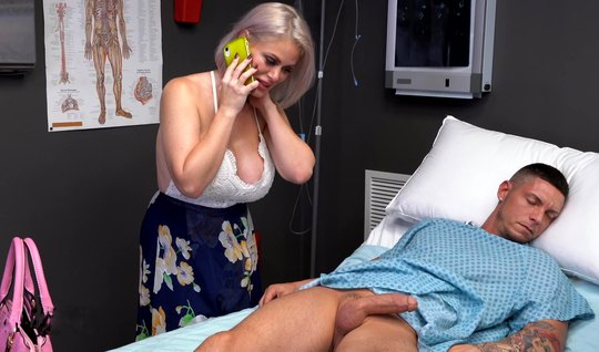 Tattooed mature mom in hospital sucks stone cock off patient